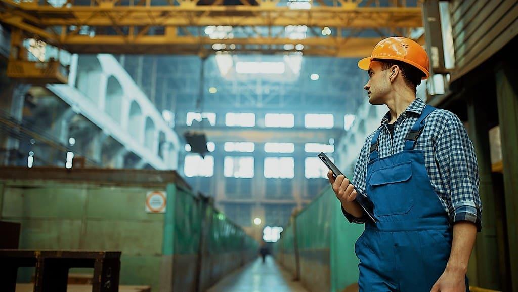 Un homme dans une usine