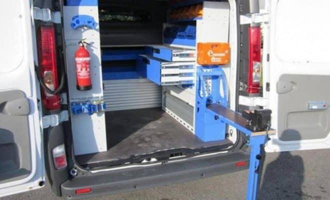 Une camionnette avec les portes ouvertes