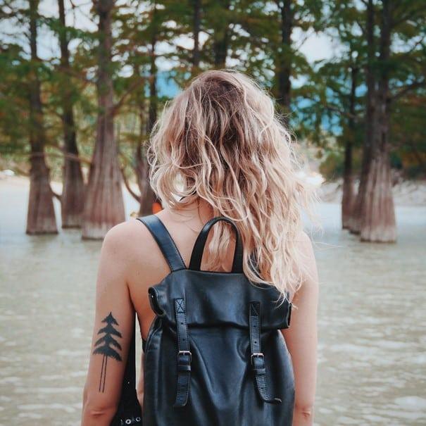 Une femme avec un sac à dos