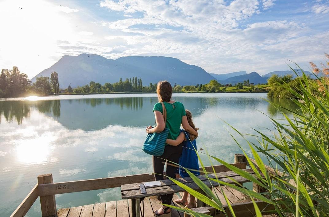 Mère et fille devant un lac