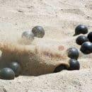 boules de pétanque dans le sable