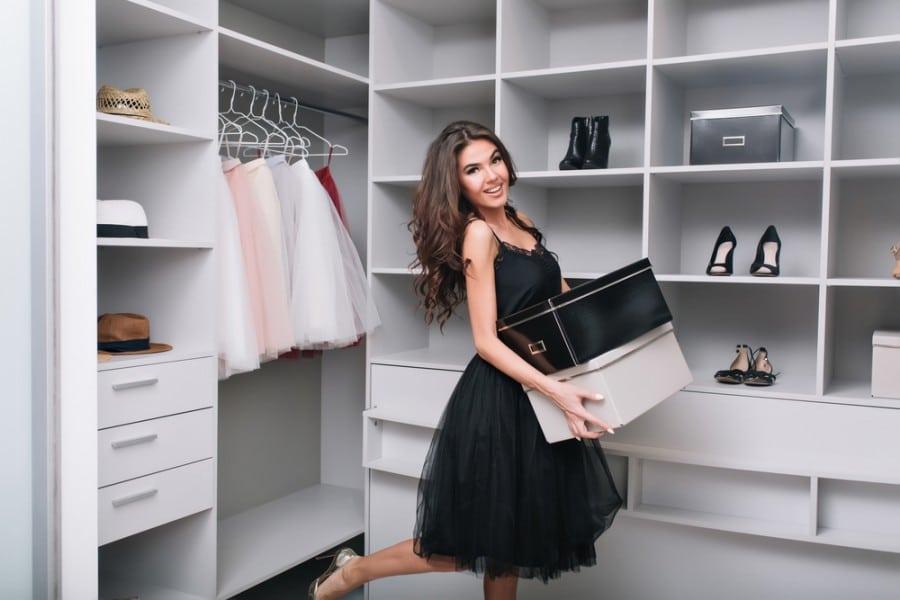 Une femme dans sa garde robe