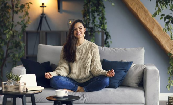 Une femme sur un canapé en position zen