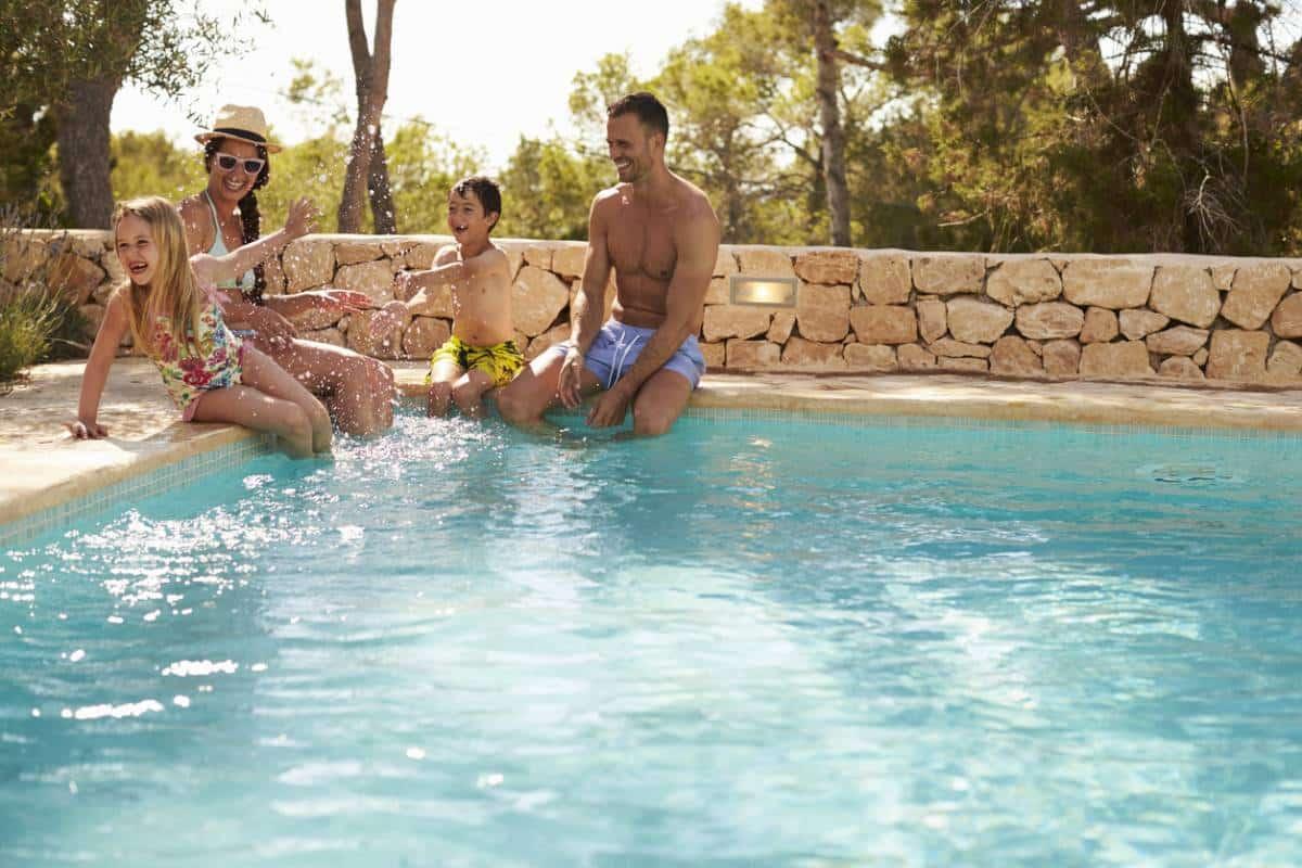 Des personnes autour d'une piscine